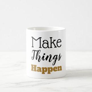 Taza De Café La cita de motivación hace que las cosas suceden