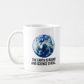 Taza De Café La tierra está alrededor y la ciencia es - -