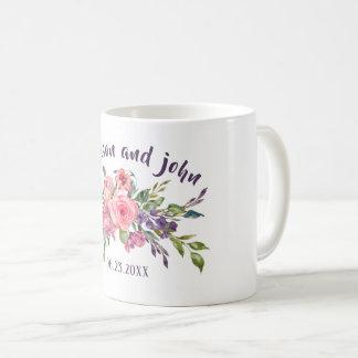 Taza De Café Lavanda de la novia y del novio y ramo floral