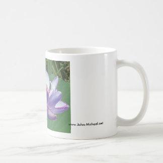 Taza De Café Lavanda Lotus en los jardines acuáticos de