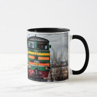 Taza de café locomotora antigua del tren del motor