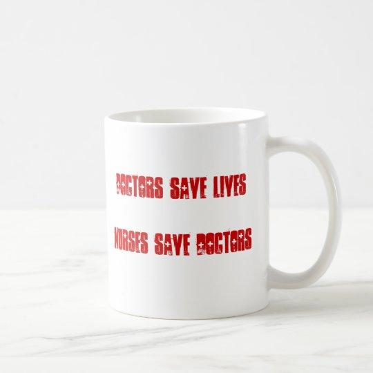 Taza De Café Los doctores Save Lives - las enfermeras ahorran a