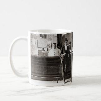 Taza De Café Los hombres interiores de la barra de salón sirven