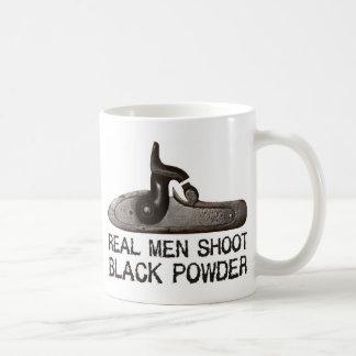 Taza De Café Los hombres reales tiran el polvo negro, rifle del