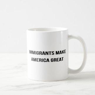 Taza De Café Los inmigrantes hacen que América grande - se