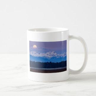 Taza De Café Luna Llena que fija sobre las montañas julianas