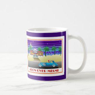Taza De Café Luna sobre el añil de Miami
