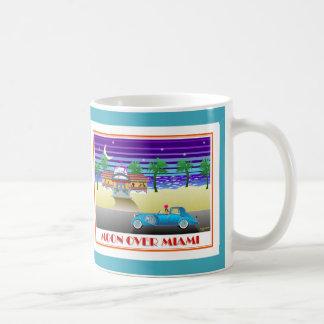 Taza De Café Luna sobre la aguamarina de Miami