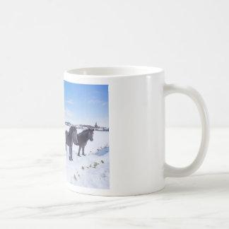 Taza De Café Manada de los caballos negros del frisian en nieve