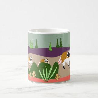 Taza De Café Mapache y bebés en alto bosque del desierto