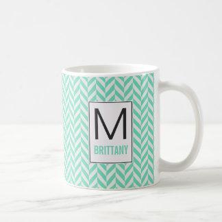Taza De Café Menta y monograma blanco de Chevron de la raspa de