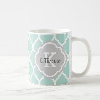 Taza De Café Menta y monograma gris de Quatrefoil del marroquí