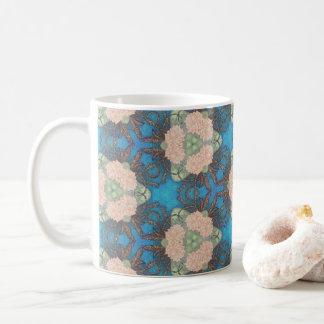 Taza De Café Modelo oriental de la floración con el fondo del