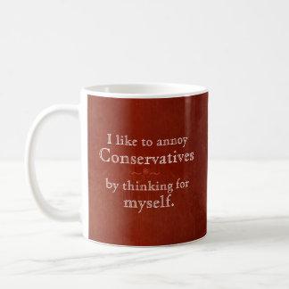 Taza De Café Molesto a conservadores pensando para mí mismo