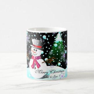 Taza De Café Monograma de las Felices Navidad del muñeco de