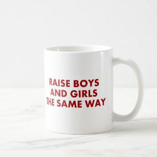 Taza De Café muchachos y chicas del aumento la misma manera