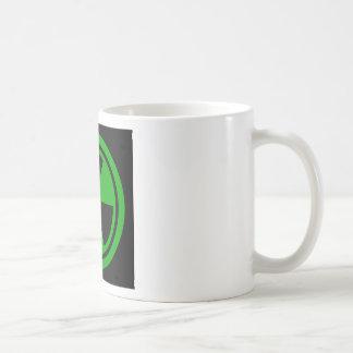 Taza De Café Muestra radiactiva de la precaución con el cráneo