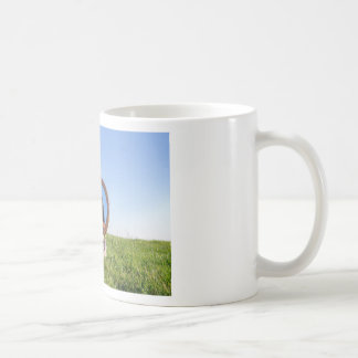 Taza De Café Mujer en la naturaleza que ve su imagen de espejo