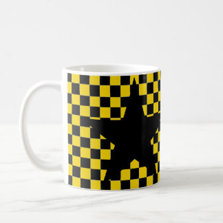 taza de café negra a cuadros amarilla de la