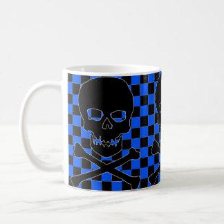 taza de café negra a cuadros azul del cráneo del