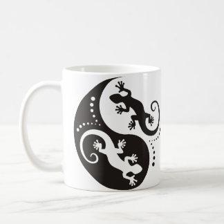 Taza De Café Negro de los Geckos de YIN y de YANG + su fondo y