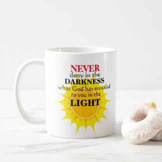 Taza De Café Nunca niegue en la oscuridad