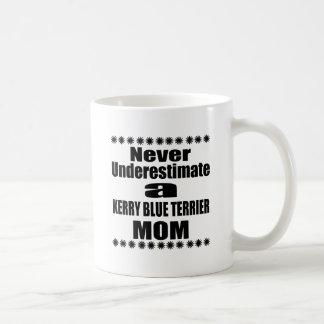 Taza De Café Nunca subestime a la mamá de TERRIER de AZUL de