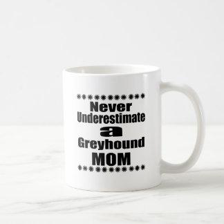 Taza De Café Nunca subestime a la mamá del galgo