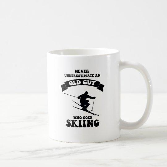 Taza De Café Nunca subestime a un viejo individuo que vaya a