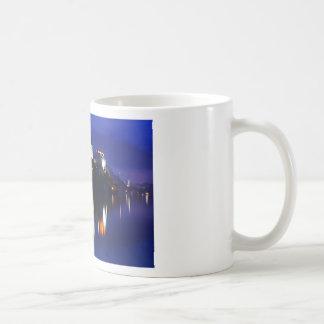 Taza De Café Oscuridad sobre el lago sangrado
