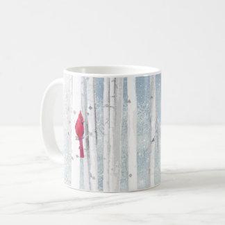 Taza De Café Pájaro cardinal rojo en árbol de abedul nevoso