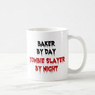 Taza De Café Panadero del asesino del zombi del día por noche