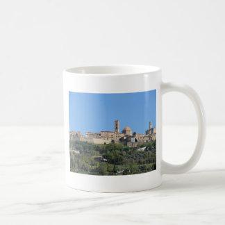 Taza De Café Panorama del pueblo de Volterra. Toscana, Italia