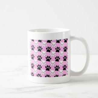 Taza De Café Patas blancos y negros apenadas en fondo rosado