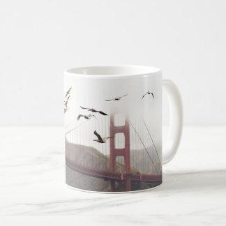 Taza De Café Pelícanos sobre San Francisco