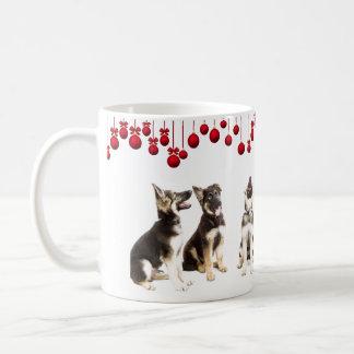 Taza De Café Perritos del pastor alemán y ornamentos rojos