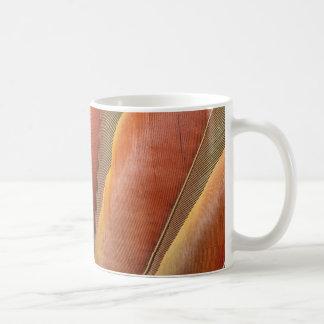 Taza De Café Plumas del Rojo-Naranja del Macaw del escarlata