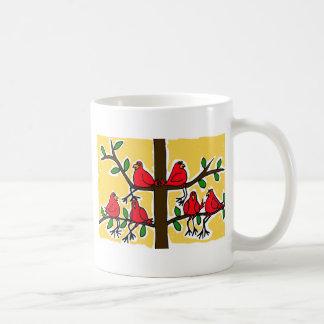 Taza De Café POR pájaros cardinales en un diseño del arte