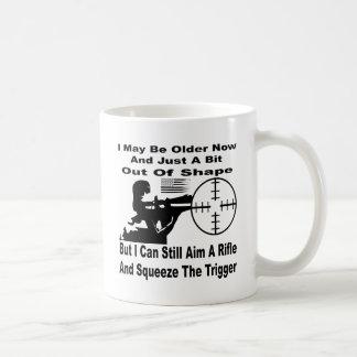 Taza De Café Puedo todavía apuntar un rifle y exprimir el