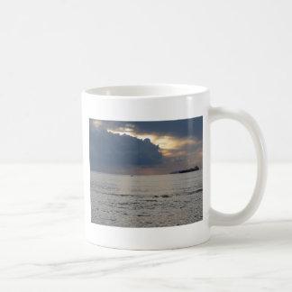 Taza De Café Puesta del sol caliente del mar con el buque de