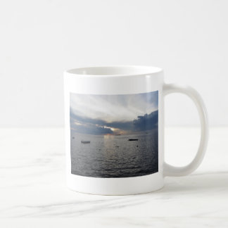 Taza De Café Puesta del sol caliente del mar con los buques de