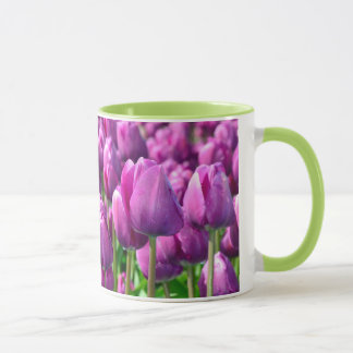 Taza de café púrpura del tulipán de la primavera