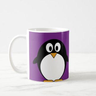 Taza De Café púrpura linda del pingüino del dibujo animado