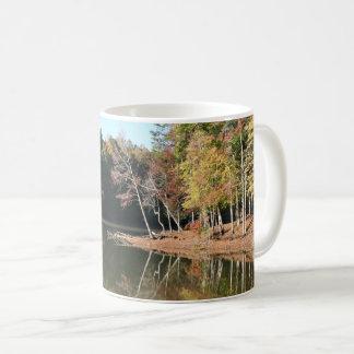 Taza De Café Reflexión del lago de las hojas anaranjadas de la