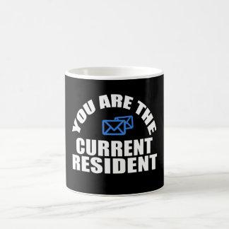 Taza De Café Residente de la corriente portadora del correo