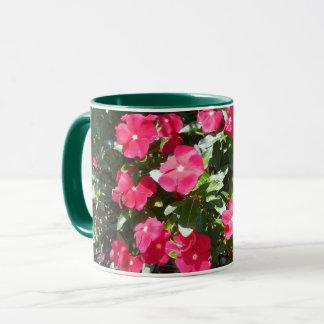 Taza de café roja y verde adorable de la impresión