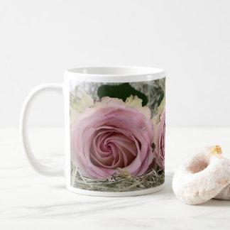Taza de café rosada polvorienta bonita de los