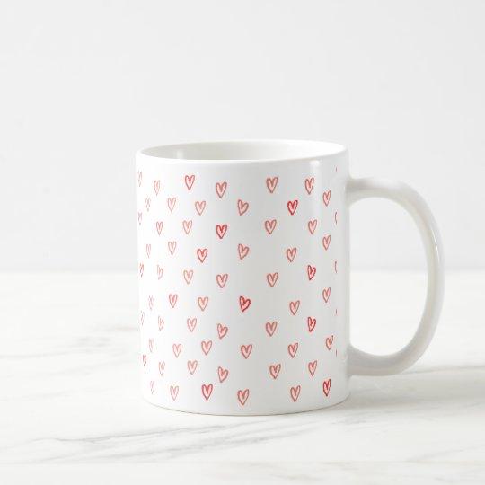 Taza de café rosada y roja de los corazones de la