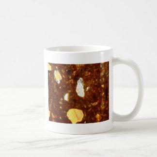 Taza De Café Sección fina de un ladrillo debajo del microscopio