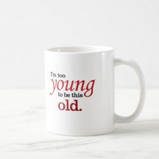 Taza De Café Soy demasiado joven ser esta vieja toma divertida